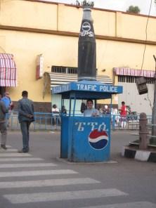 Policía de tráfico patrocinada por Pepsi, lo que no deja de ser curioso en un país donde antes de la muerte de Meles Zenawi no había lugar para las multinacionales (ahora no sé cómo andará el tema)