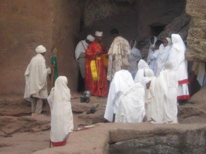 Cura y feligreses preparándose para el bautizo que no pudimos ver porque cerraban el recinto a los turistas