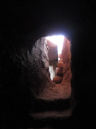Salida del túnel para llegar al conjunto de iglesias en el sureste. Caminar varios metros en total oscuridad da, por lo menos, respeto.