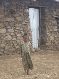 Otra niña que merodeaba por la escuela