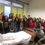 A lezione col manichino. Studenti di medicina in azione