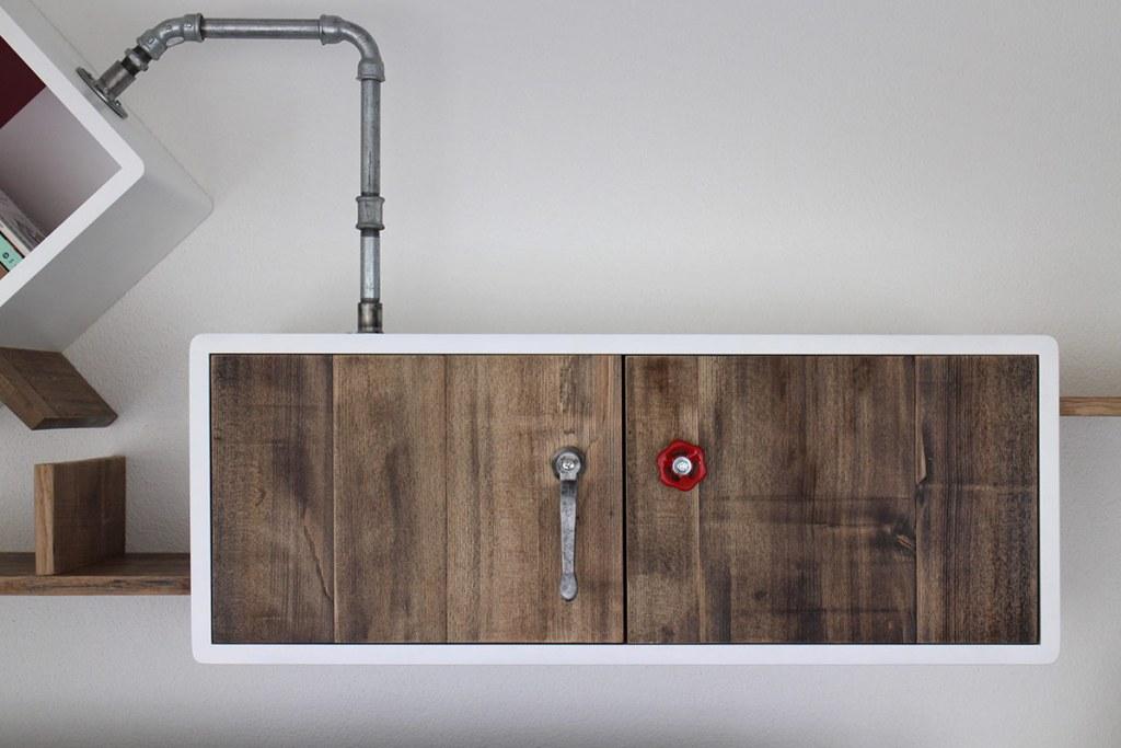 Pensili per soggiorno e cucina in stile industriale. Tubi idraulici, ferro e legno