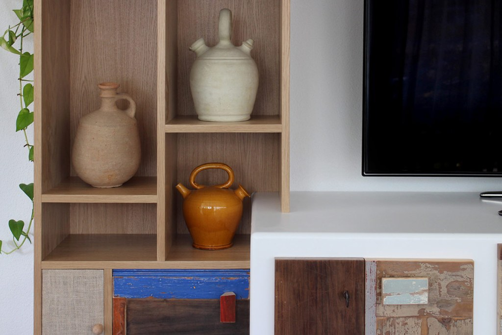 Parete attrezzata e mobile per la tv per soggiorno moderno in legno di recupero, legno massello e laccatura biuanca e rossa