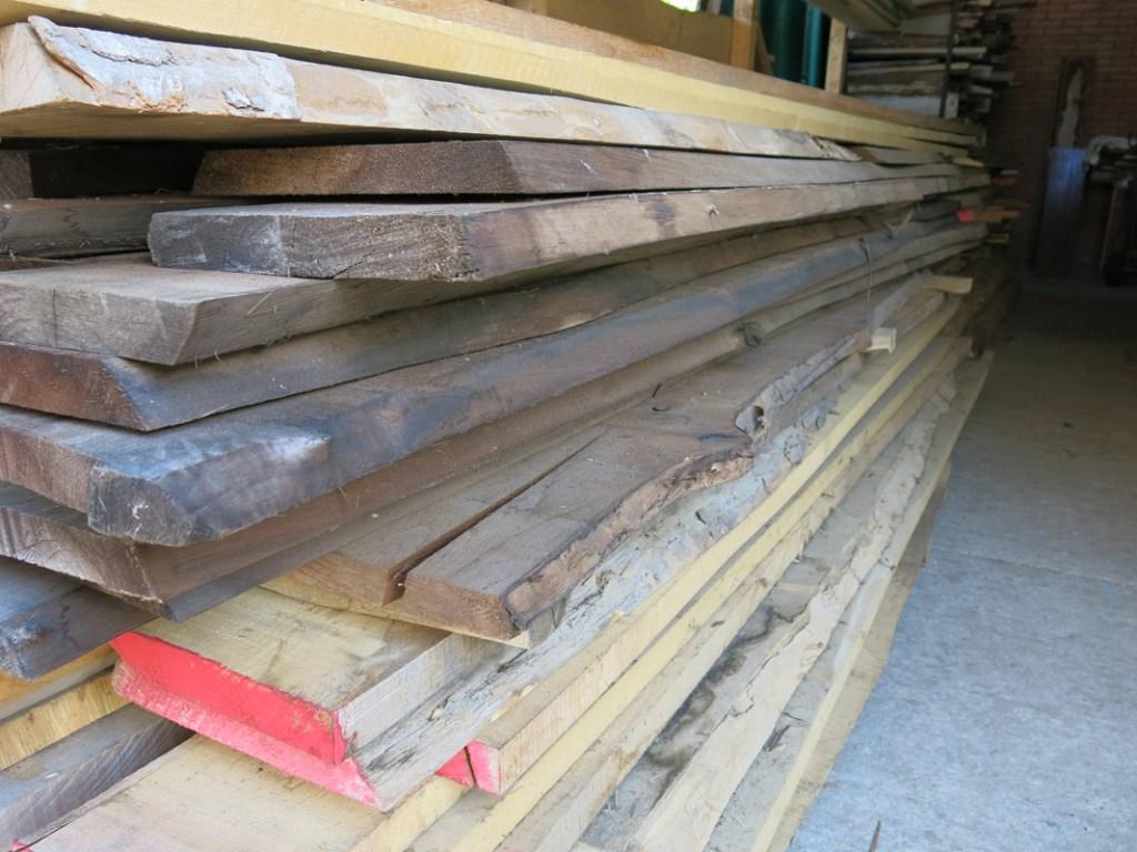 Lavorare un legno vintage per eliminare le parti tarlate