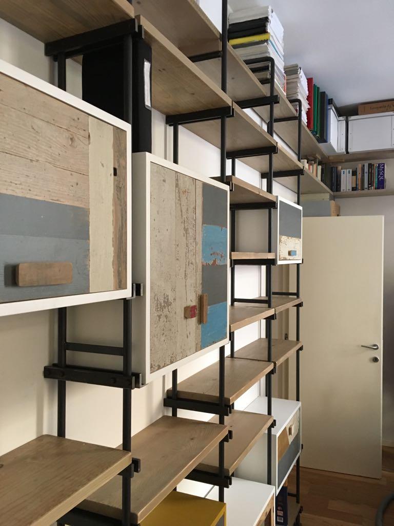 libreria in ferro e legno vintage su misura con piani regolabili
