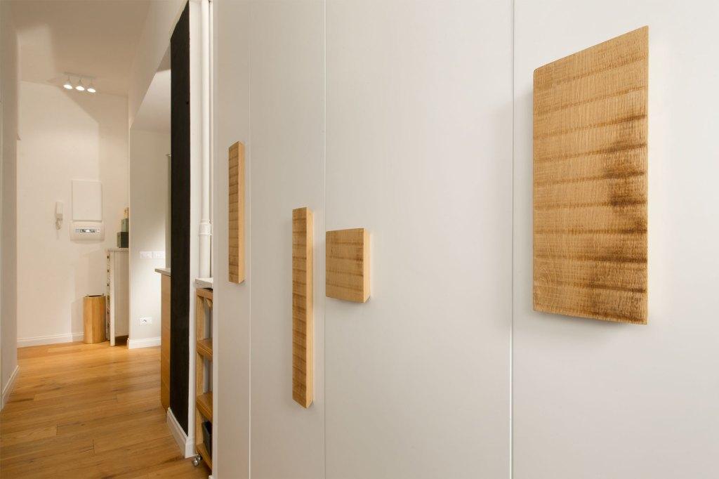 Armadio legno rovere laccato bianco con maniglie di legno vintage
