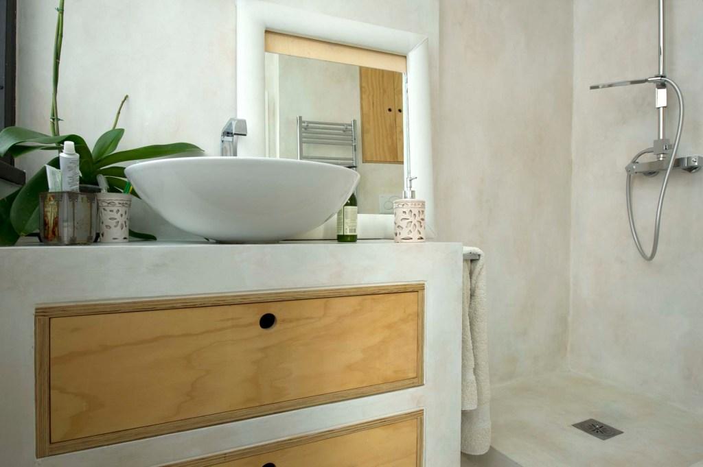 mobile bagno con lavabo e due cassetti in legno di riuso su misura