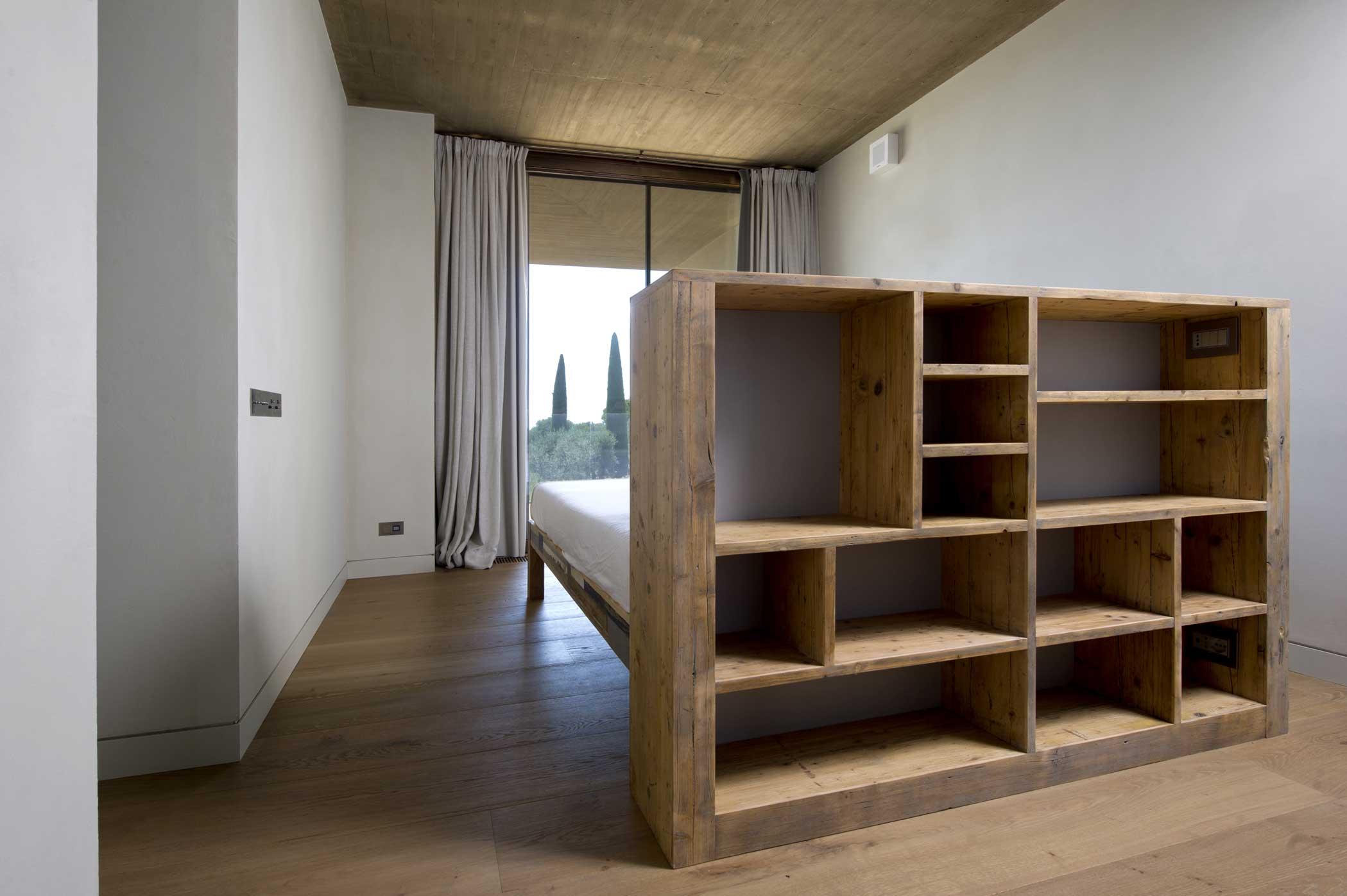 Spalliera letto in legno di recupero con libreria su misura