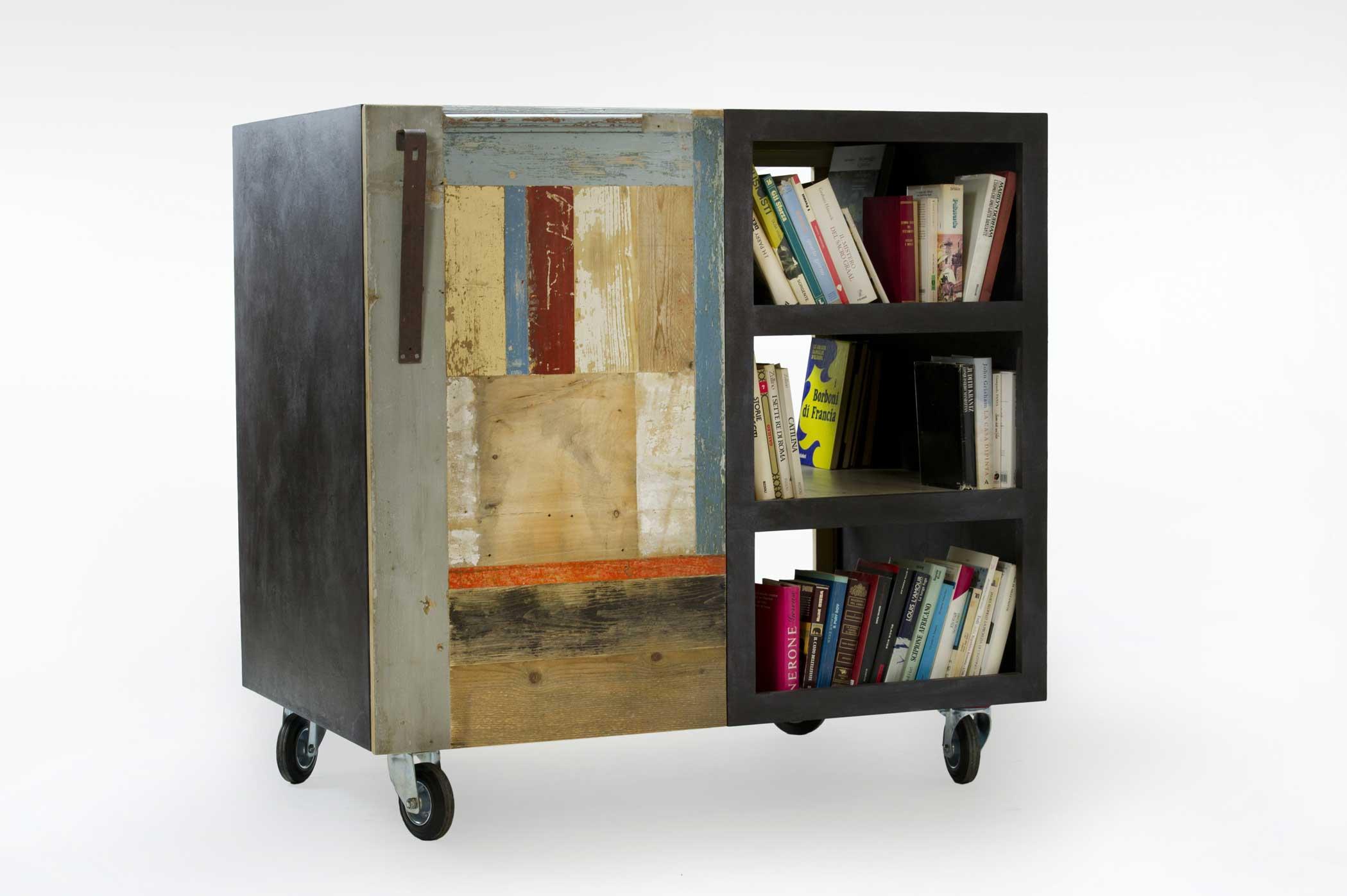 Carrello libreria con ruote. Legno coperto di resina grigia e sportellone in diversi tipi di legno vintage colorato