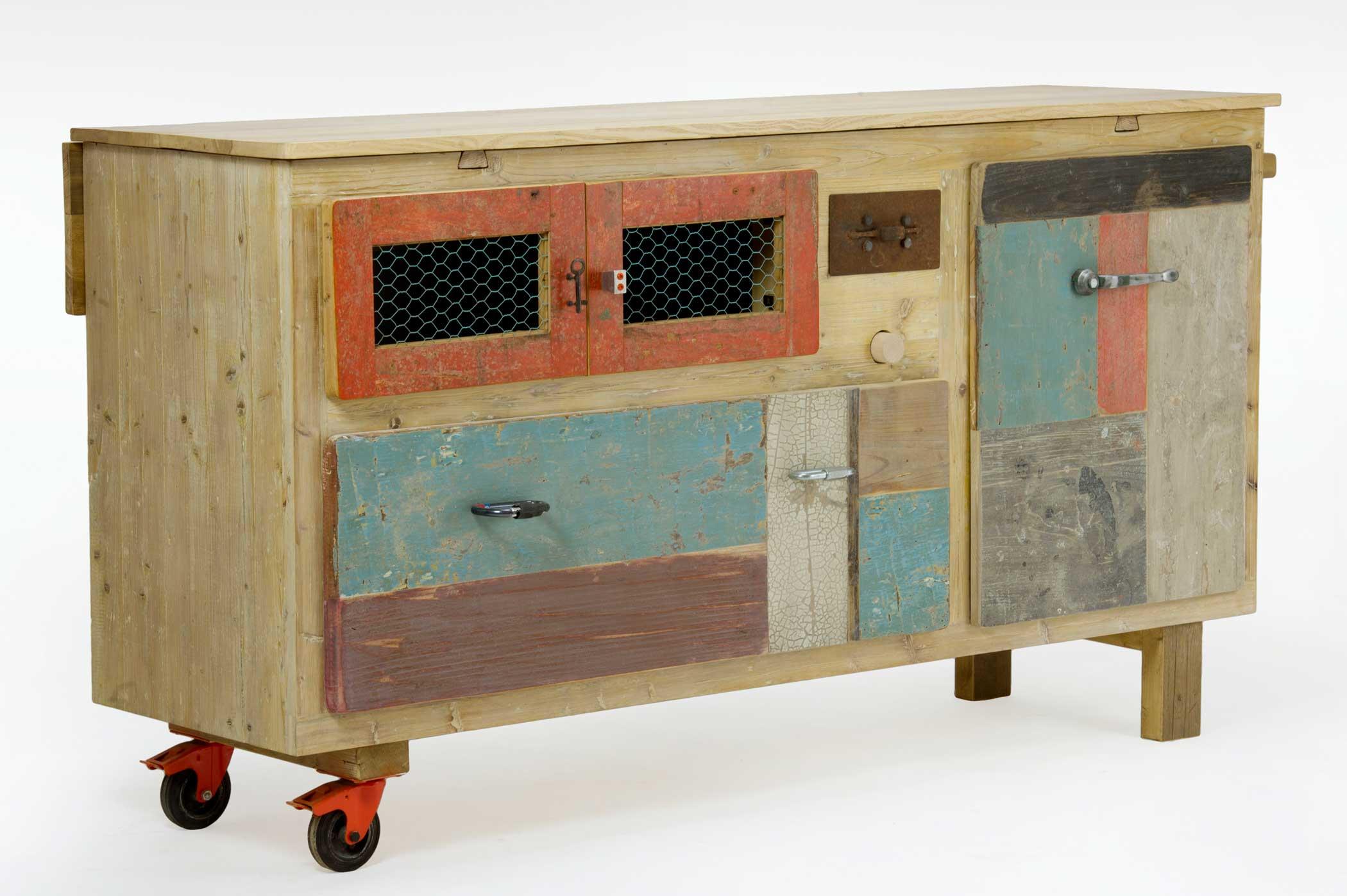 Credenza con piano allungabile. Struttura in legno di recupero. Frontali e cassetti in legno vintage rigenerato. Dispensa per pasta fatta in casa con mattarello.