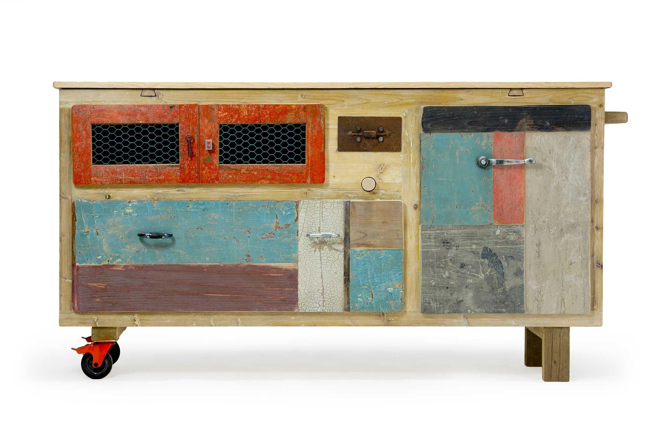 Credenza con piano allungabile. Struttura in legno ricoperta di resina idrorepellente. Il piano allungabile e i cassetti in legno vintage rigenerato.