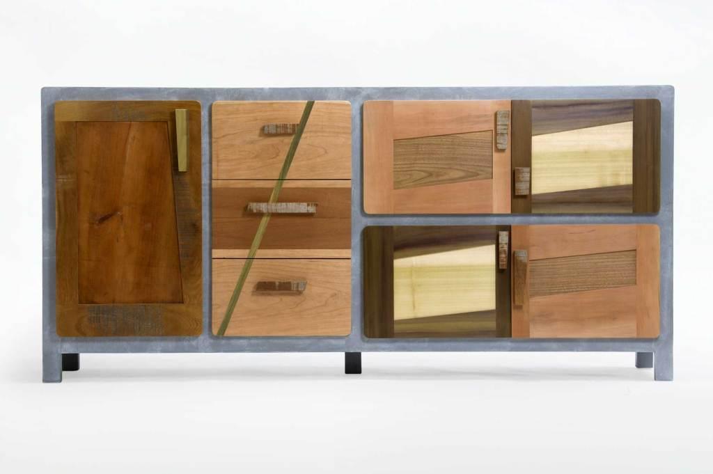 CredenzaCredenza madia in legno massello con struttura in resina per mobili