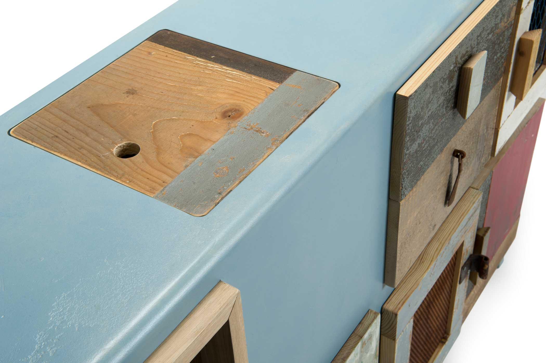 Madia per soggiorno con struttura in MDF laccato celeste e legno di recupero.