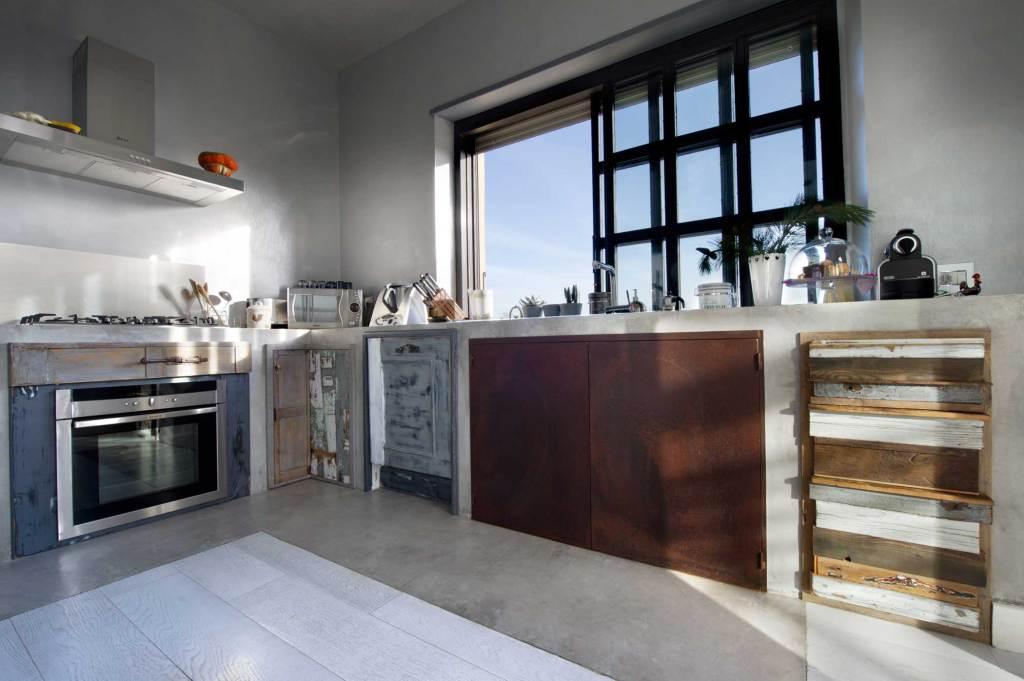Cucina artigianale in legno di recupero e vintage contemporanea