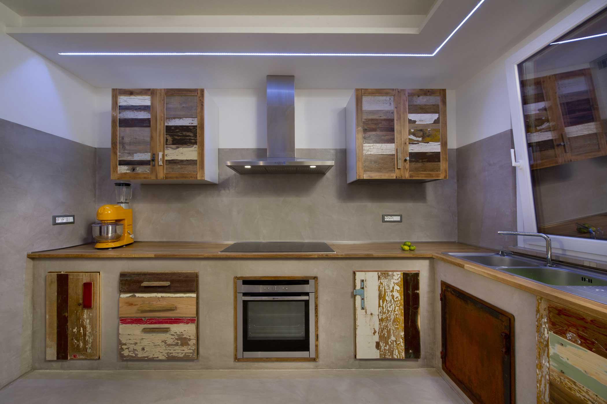 Cucina legno, resina e ferro