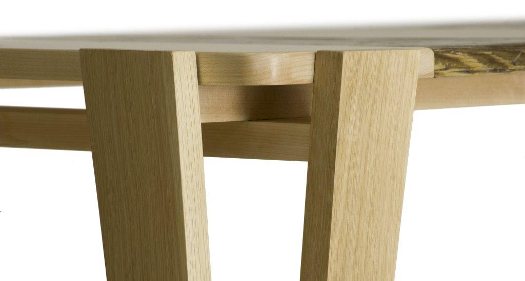 Tavolo con piano in legno massello ed inserti di abete antico e struttura in legno massello monocromo. Tavolo su misura artigianale
