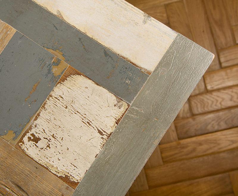 Tavolo con piano realizzato mosaico di legni di recupero sui toni del grigio e del bianco