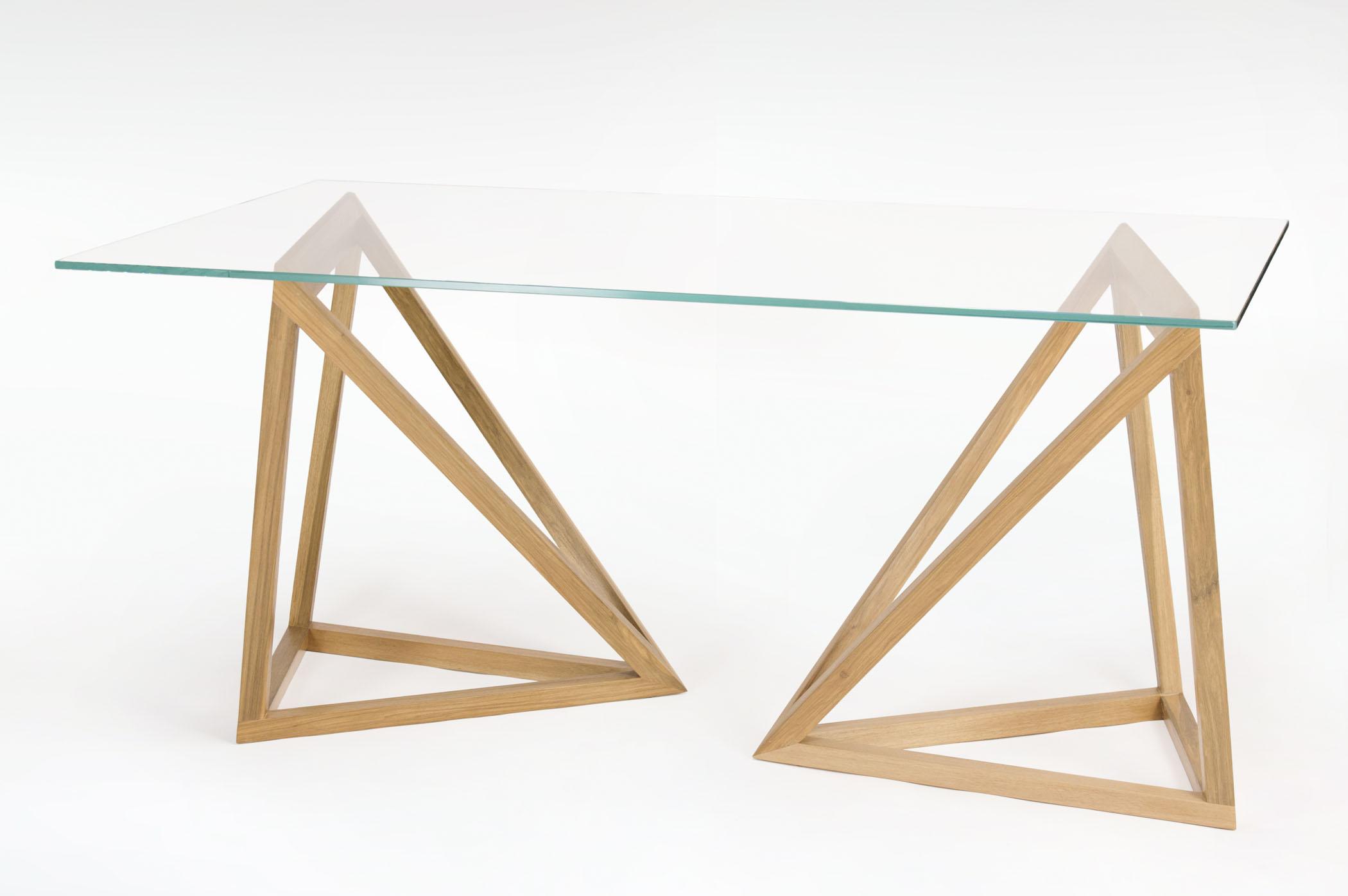 Tavolo con piano in cristallo e struttura in legno massello