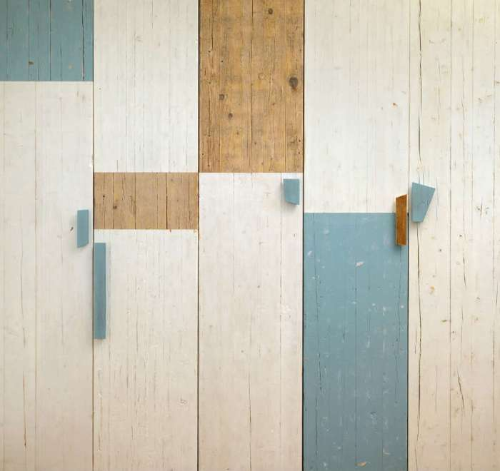armadio con ante in legno di recupero azzurro e bianco