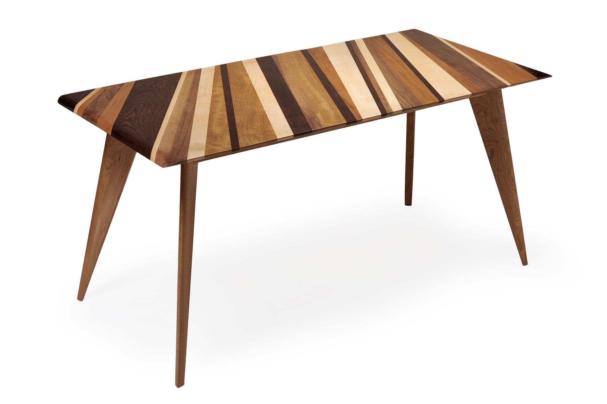 Base del tavolo interamente in legno massello di ciliegio con incastri in faggio. Tavolo con gambe rastremate, stondate e inclinate verso l'interno