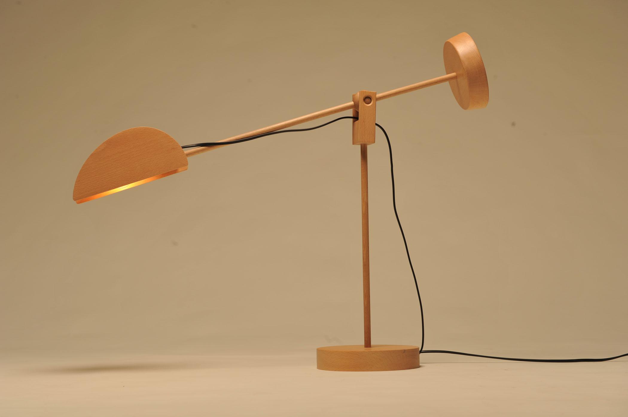 Lampada da tavolo originale in legno