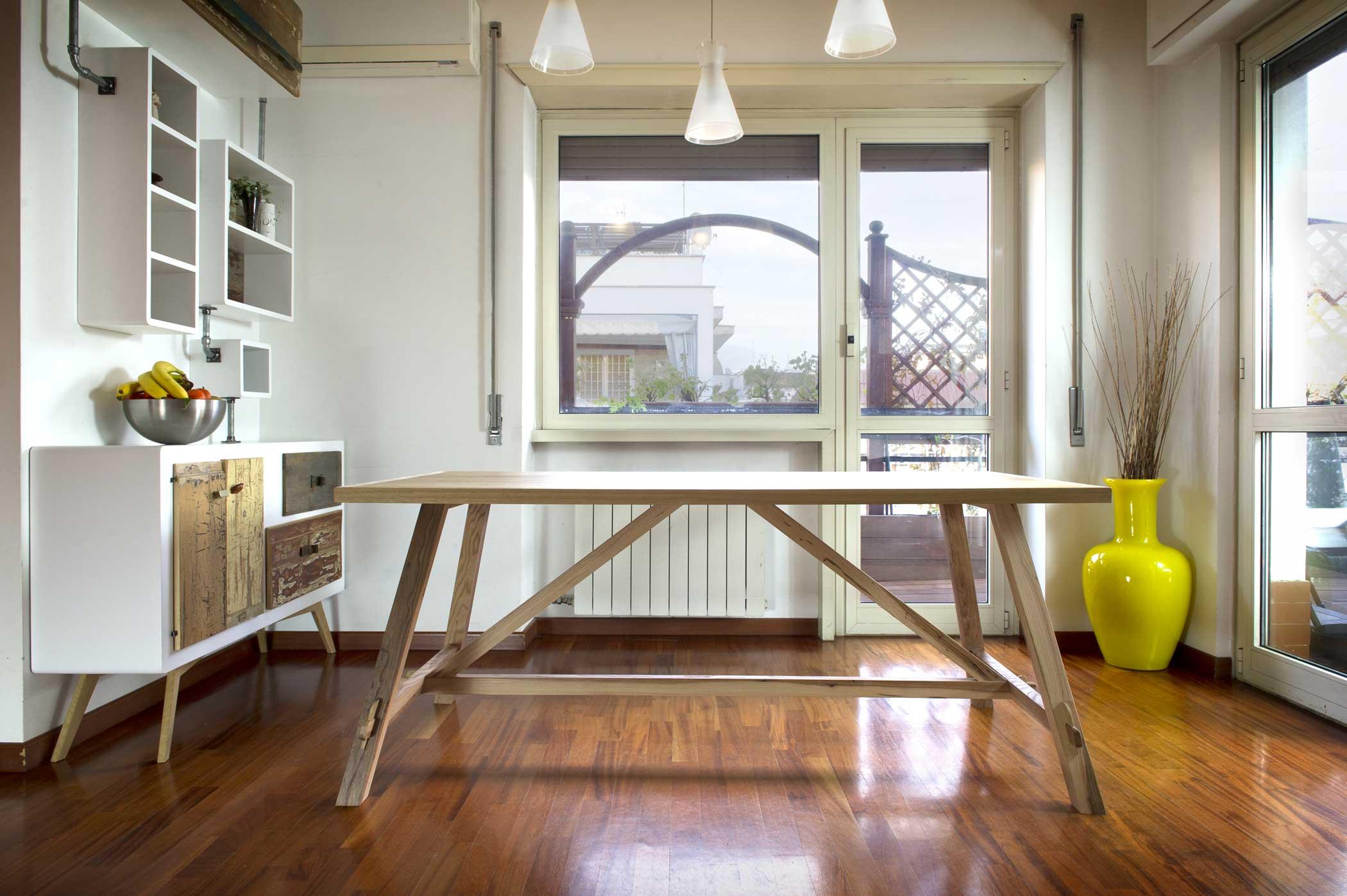 Tavolo per soggiorno in legno massello di rovere e olmo modello fratino contemporaneo.