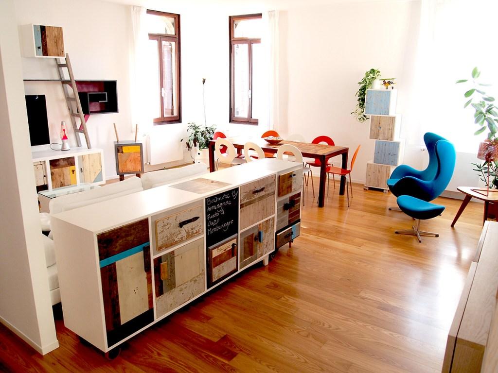 Soggiorno con mobili di design artigianali