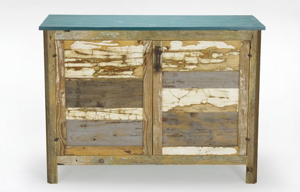 Credenza con legno vintage e vecchia persiana