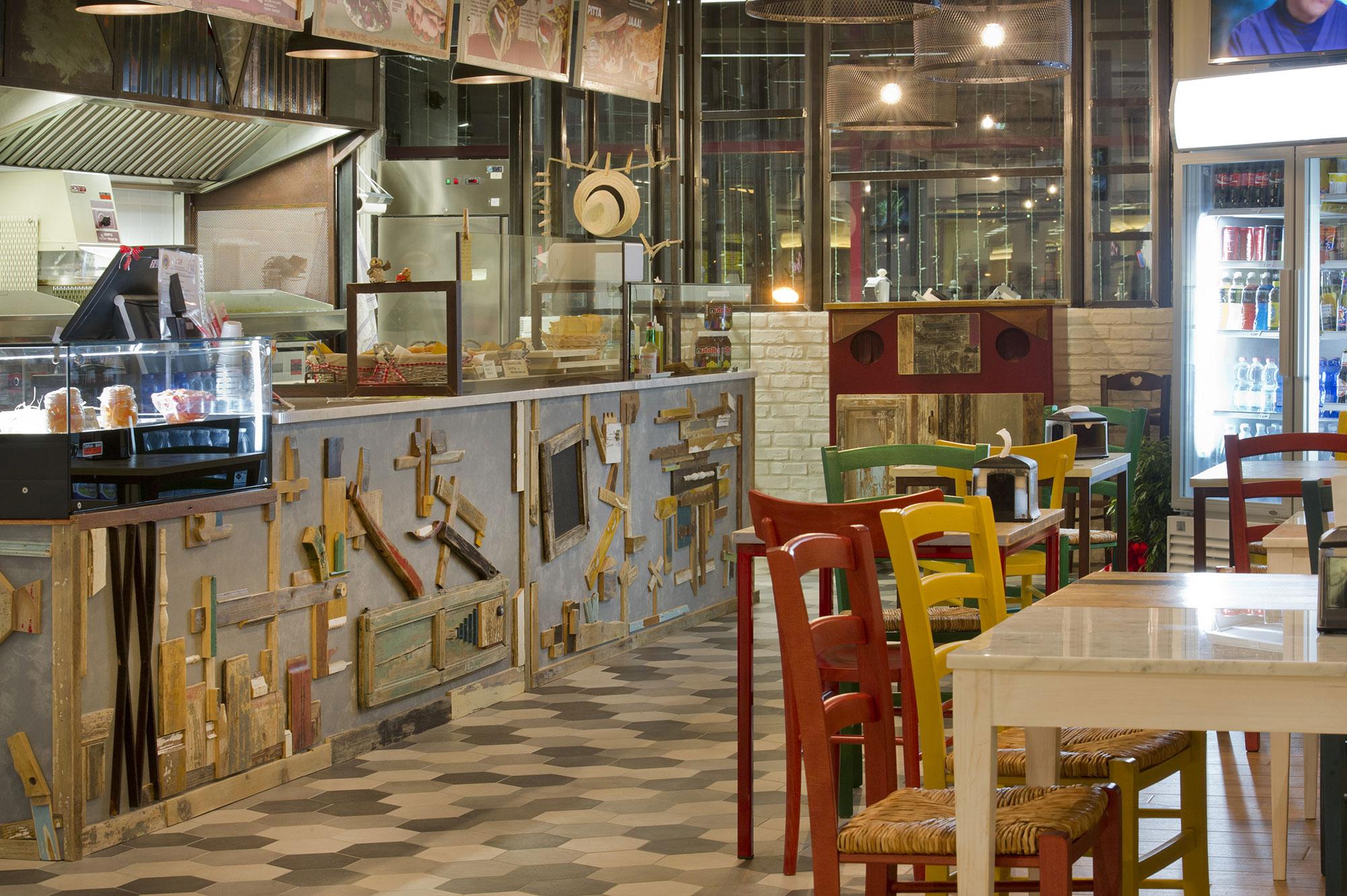 sedie e tavoli arredo locali e ristoranti legno colorato