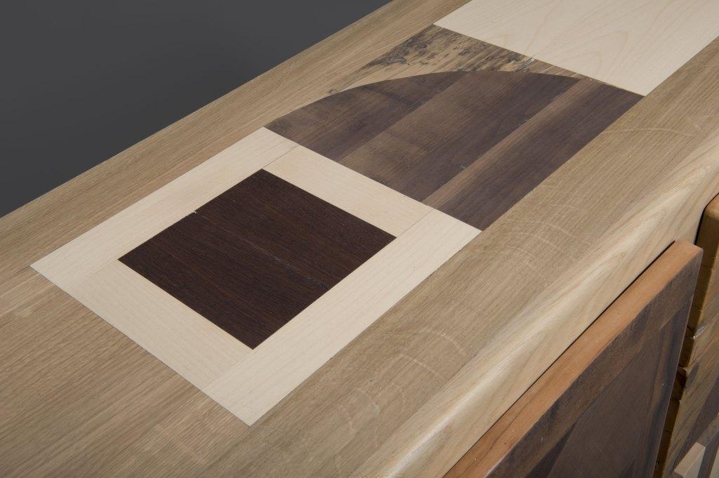 Piano del mobile tv in legno massello chiaro e scuro. Pezzo artigianale e personalizzabile de Laquercia21