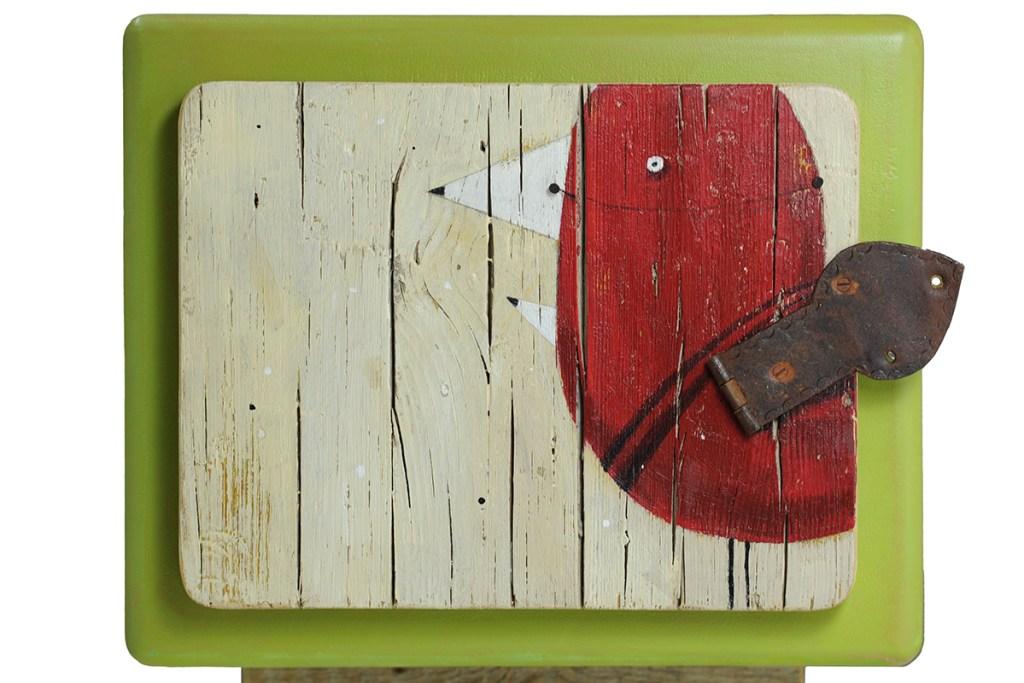 Comodino con sportello disegnato a mano da Daniela Pareschi. Uccellino rosso con becco bianco