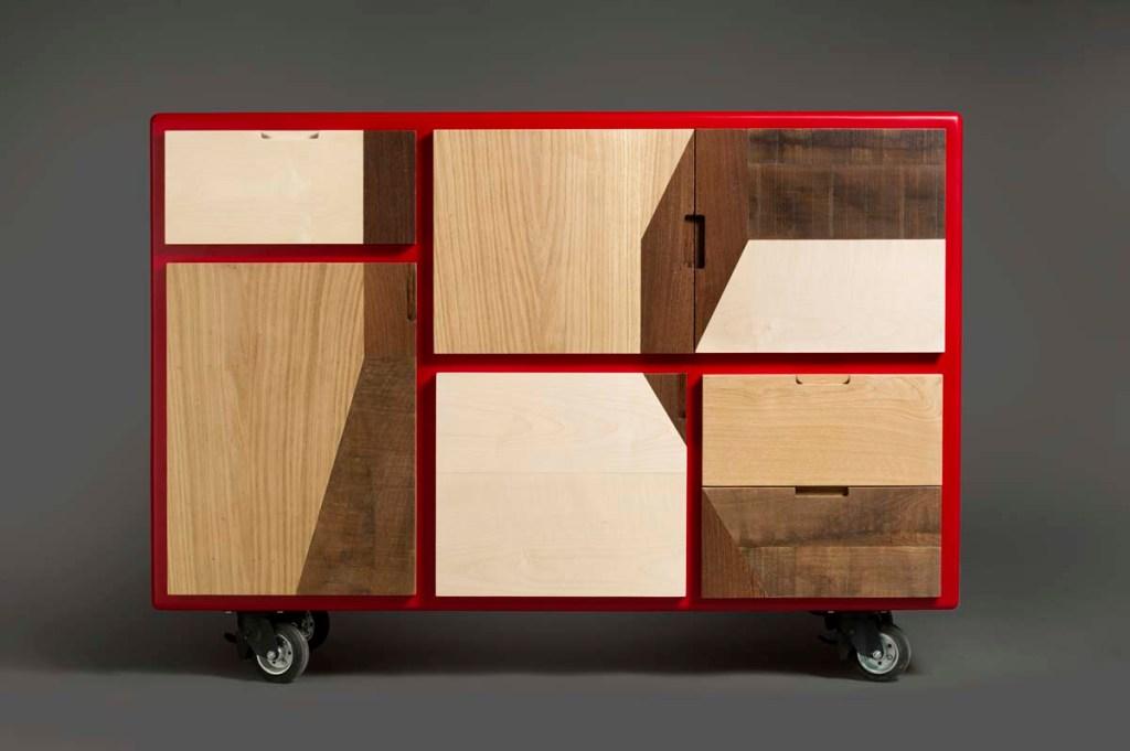 credenza minimal su ruote, con scassi al posto delle maniglie struttura rosso ferrari e frontali in legno