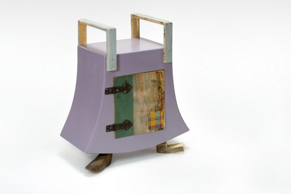 Piccolo mobile o comodino in legno di recupero e laccatura, con vecchi cardini vintage a Milano, Brandstorming, via Corsico