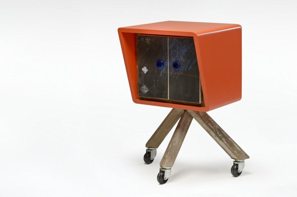 Mobili con ante in lavagna per scrivere, struttura laccata a mano, mobile con ruote e legno riciclato