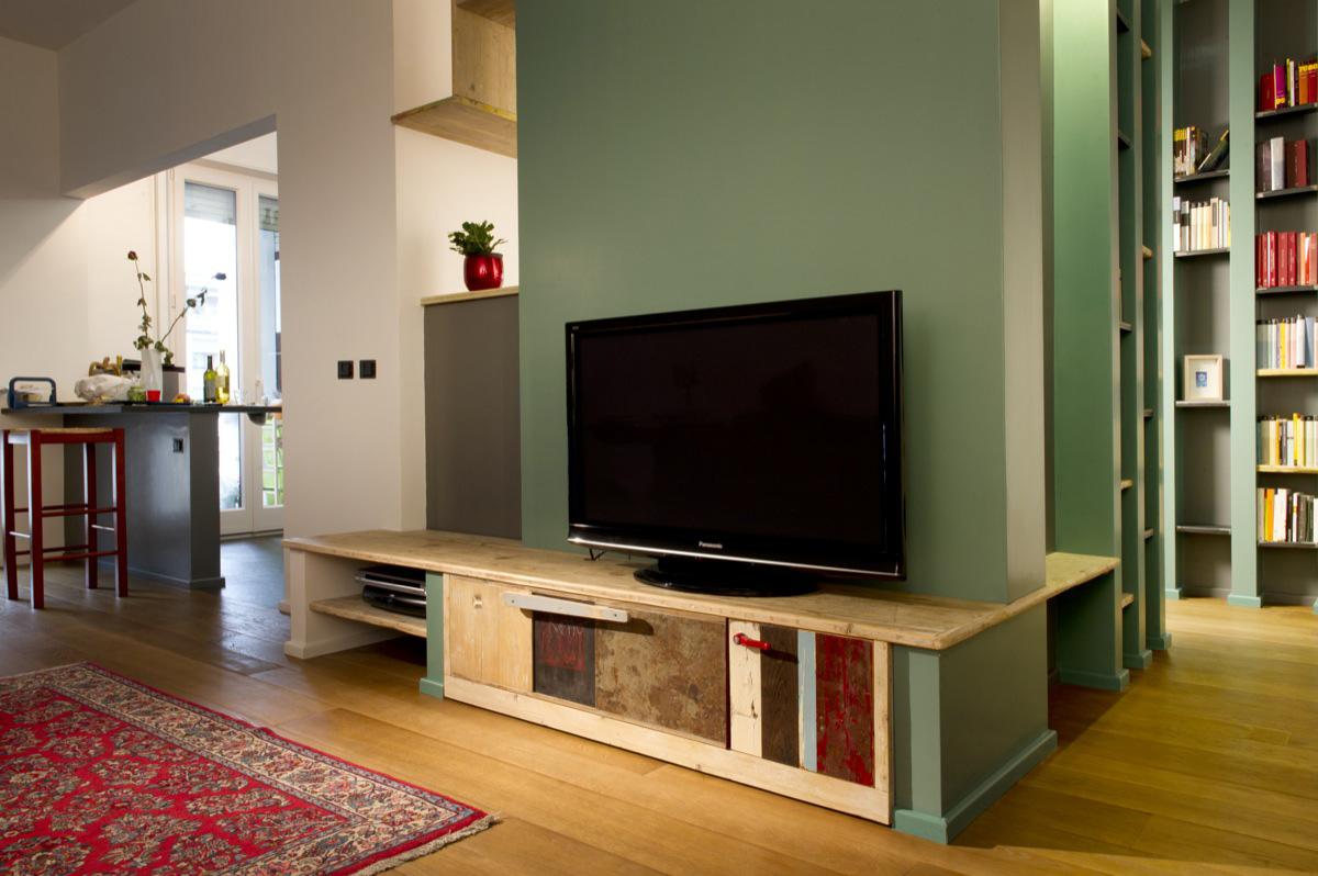 mobile soggiorno in finta muratura e legno vecchio verde e rosso