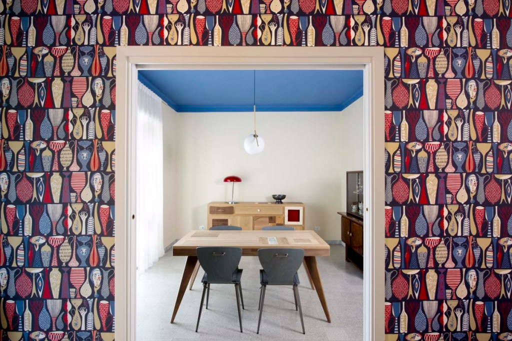 credenza in legno massello chiaro e scuro in sala da pranzo moderna