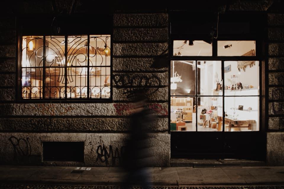 vetrina navigli milano design illuminata nott