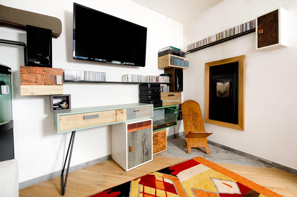 parete attrezzata ad angolo in legno massello vintage colorato e ferro