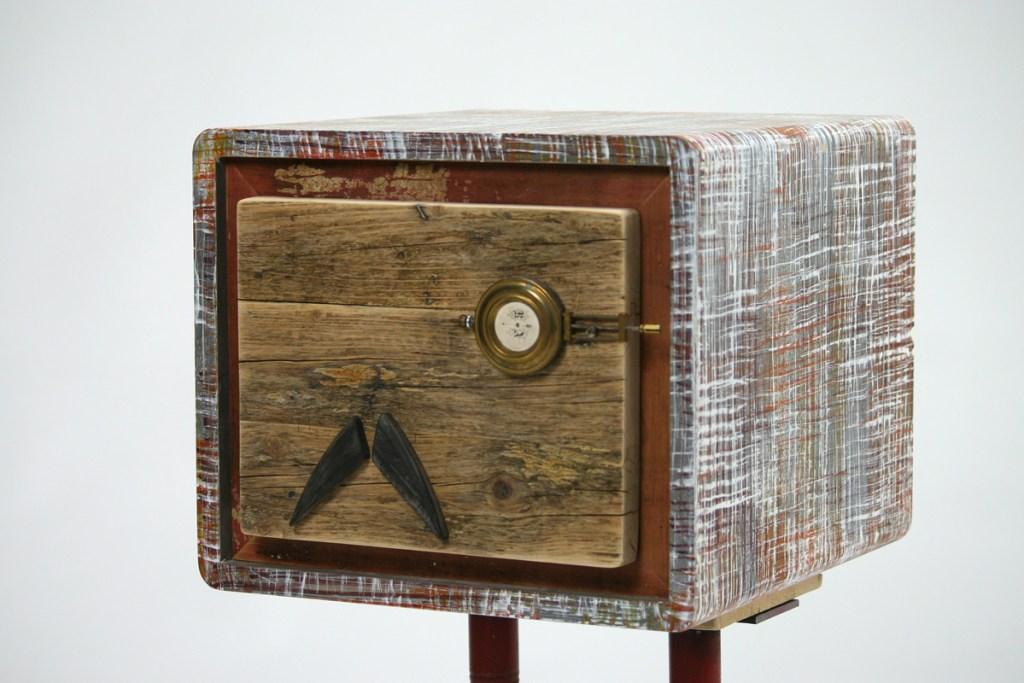 comodino in resina polimerica colorata e legno