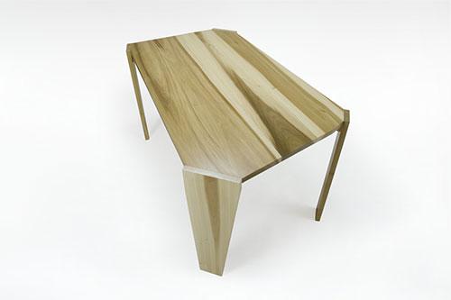tavolo a foma di trapezio in legno massello chiaro