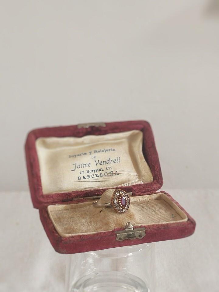 anillo-isabelino-rojo-rombo-pequeño-3-HEMETRIA