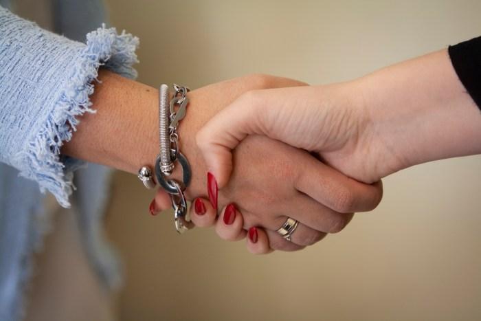Apretón de mano simulando acuerdo