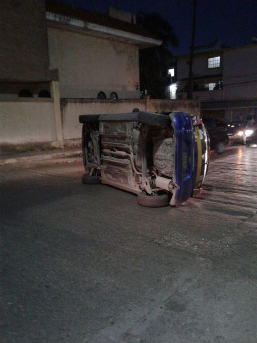Taxista choca y vuelca en Madero