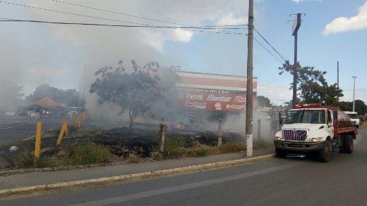 Incendio ahuyenta a locatarios y pone en peligro refaccionaria