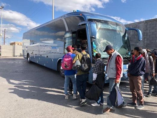 Desisten cruzar a EU migrantes centroamericanos; regresan a Monterrey y su país de origen