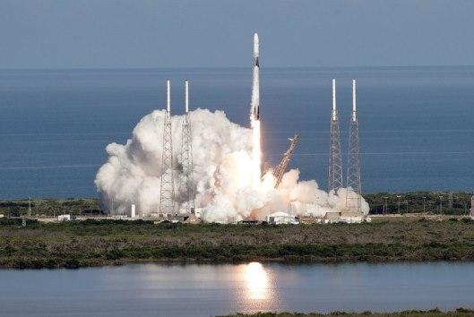 Nave 'Dragon' llega a la Estación Espacial Internacional