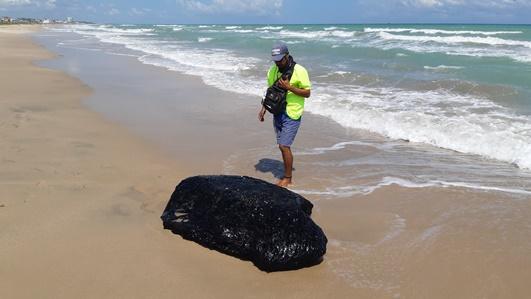 """Aparece enorme """"roca"""" de chapopote en Playa Miramar"""