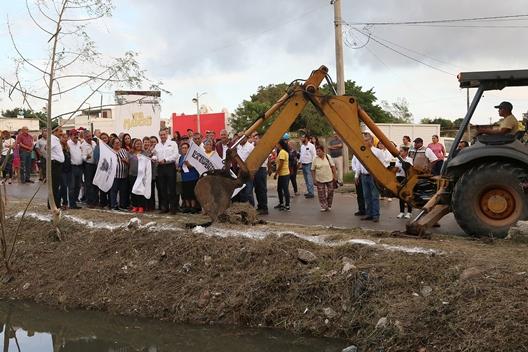 Adrián Oseguera atiende llamado para la construcción de un puente peatonal