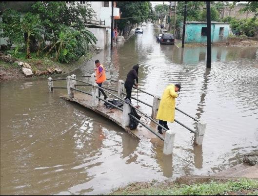 Casi 2 horas de lluvia, desborda canal en la Morelos