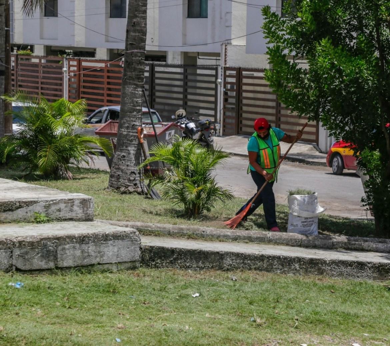Continúa mantenimiento permanente a plazas y jardines